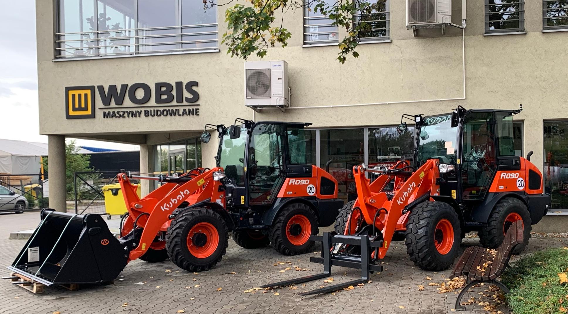 Ładowarki kołowe KUBOTA R090 przed budynkiem firmy WOBIS
