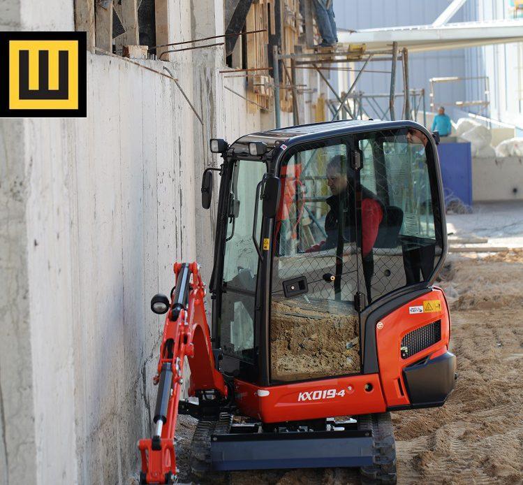 Minikoparka KUBOTA KX019-4 na budowie bok