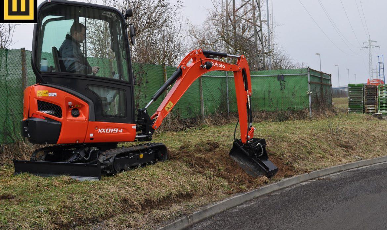 Minikoparka KUBOTA KX019-4 praca w terenie łyżką skarpową